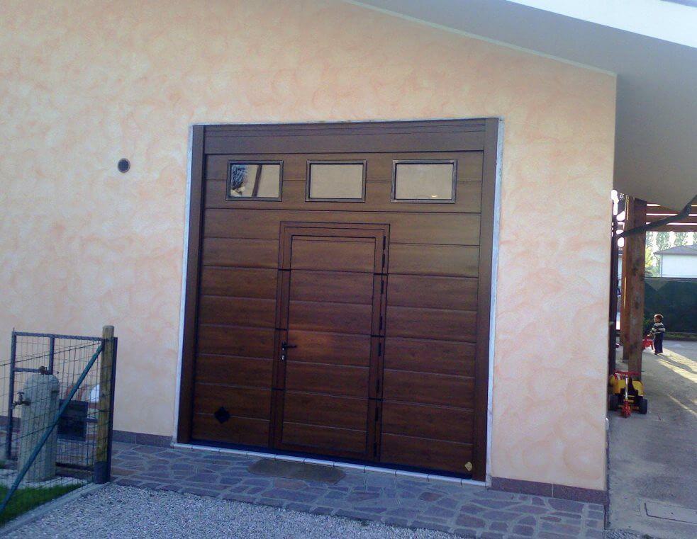 Portoni industriali e per garage sezionali in acciaio coibentato - Portoni garage con finestre ...